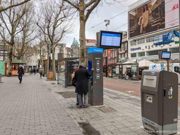 Fahrkartenautomat an Haltestelle in Amsterdam
