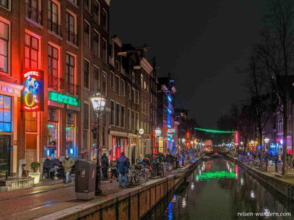Rotlichtviertel am Abend in Amsterdam