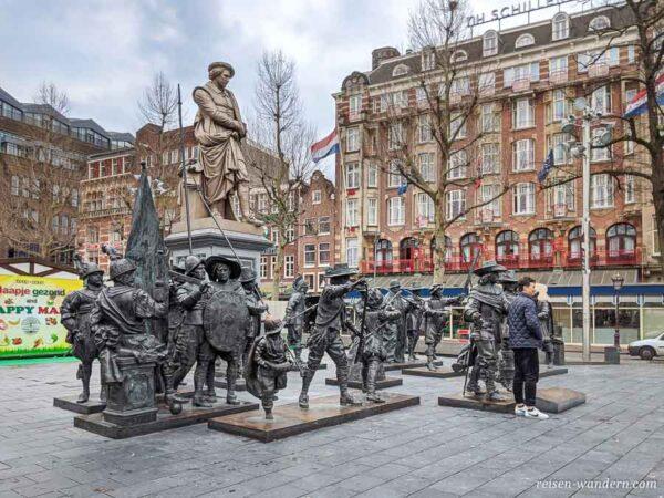 Platz Rembrandtplein mit Statuen in Amsterdam