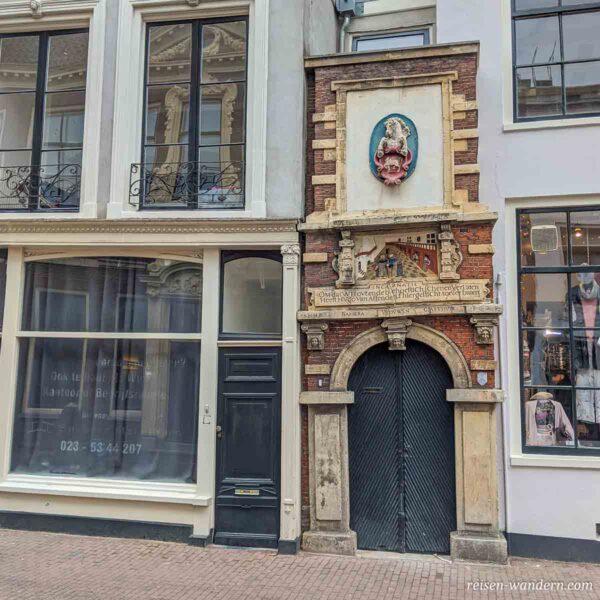 Schräge alte Tür in Haarlem mit Verzierungen