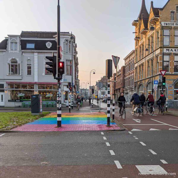 Fußweg mit Regenbogenfarben in Haarlem