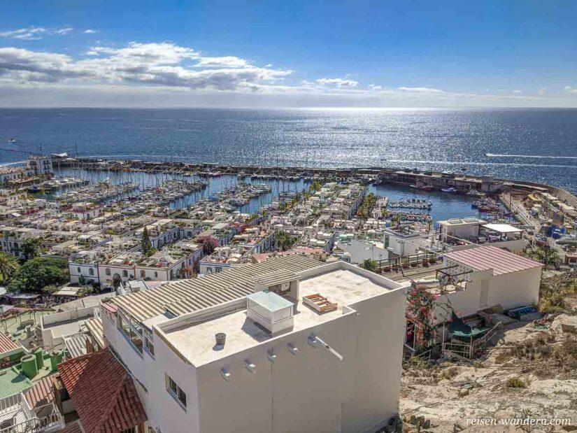 Blick vom Aussichtspunkt auf Hafen von Puerto de Mogan