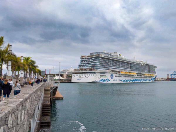 Kreuzfahrtschiff im Hafen von Las Palmas