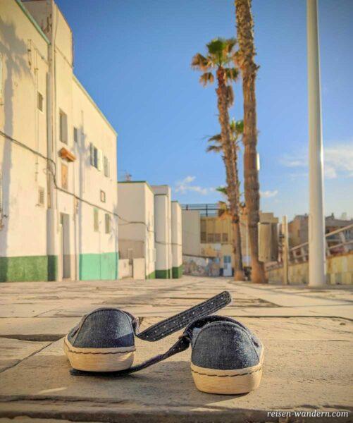 Schuhe auf der Uferpromenade in Las Palmas