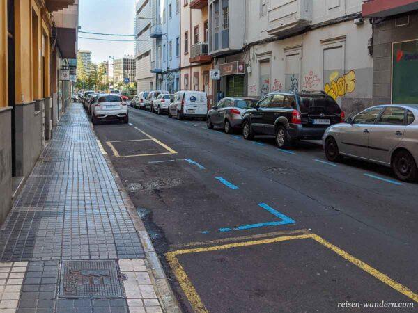 Blaue un gelbe Parkmarkierungen in Las Palmas