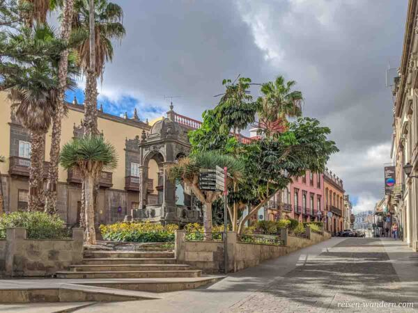 Plaza del Espiritu Santo mit Brunnen in Las Palmas