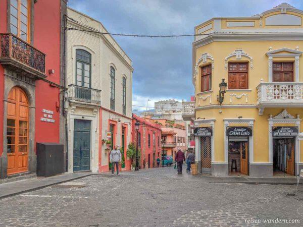Platz im Zentrum der Altstadt mit Häusern in Galdar