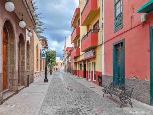 Gasse mit alten Häusern im Zentrum von Galdar