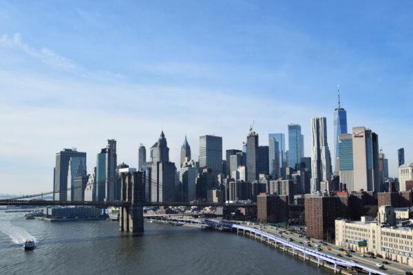 Der Blick von der Manhattan Bridge auf die Brooklyn Bridge