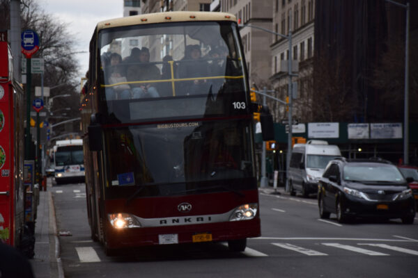 Ein Hop-On-Hop-Off-Bus fährt durch New York