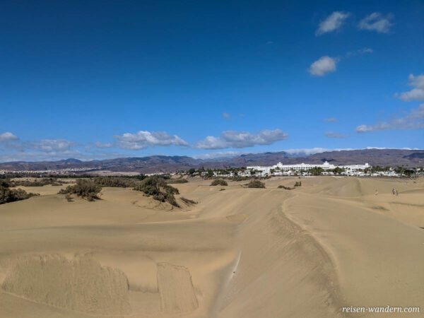 Blick auf Hotelanlage am Rande der Dünen von Maspalomas