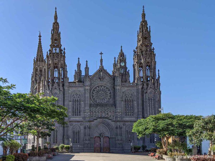 Außenansicht der Kirche Parroquia de San Juan Bautista in Aruca