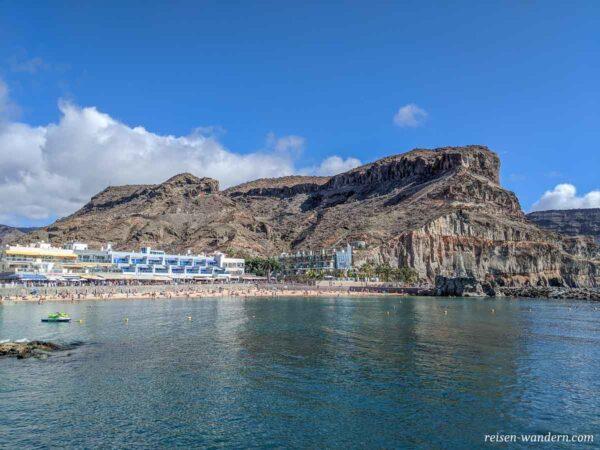 Blick auf den Strand von Puerto de Mogan auf Gran Canaria
