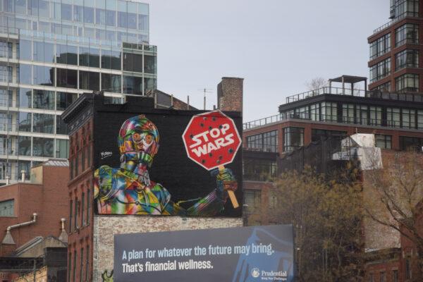 """Straßenkunst, die C3PO zeigt, welcher ein Schild mit der Aufschrift """"Stop Wars"""" zeigt"""