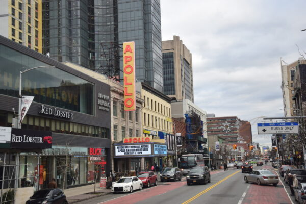 Die Straße vor dem Apollo Theater