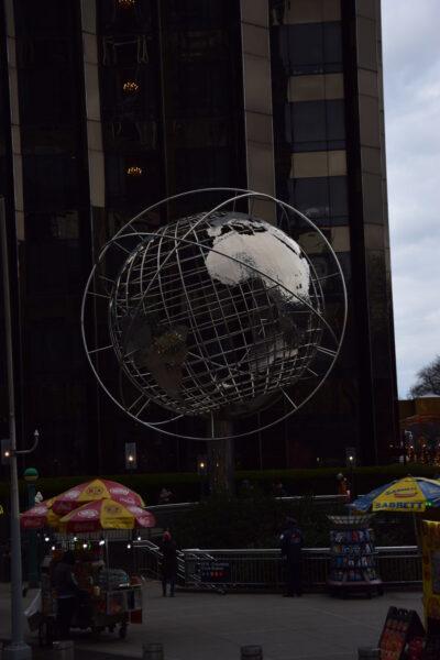Am Rande des Kreisverkehrs des Columbus Circle steht eine gigantische Weltkugel