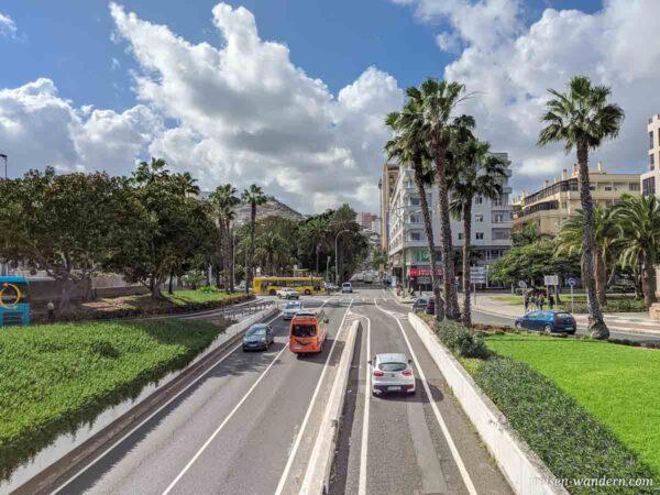 Zweispurige Hauptverkehrsstraße in Las Palmas