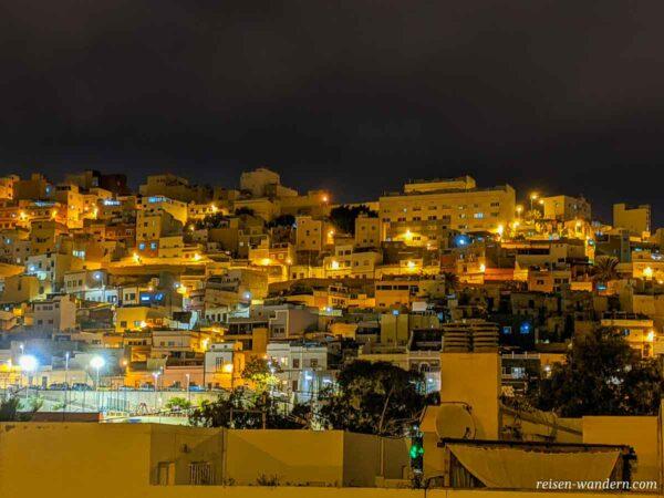 Blick auf die Hügel von Las Palmas mit Häusern am Abend
