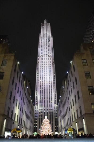 Das Rockefeller beleuchtet in der Nacht