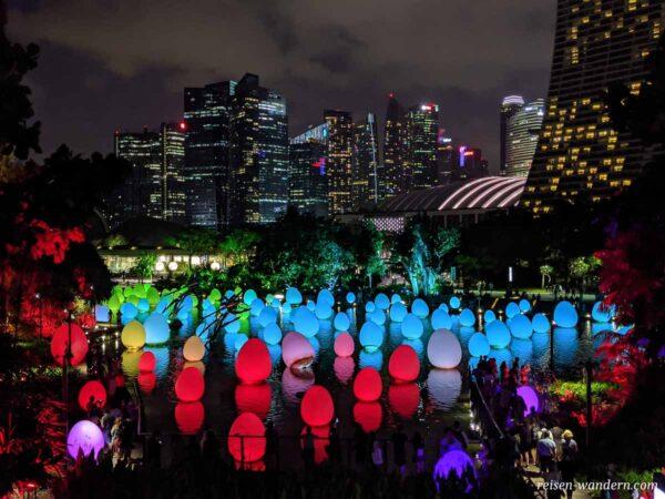 Beleuchtete schwimmende Lampions bei der Dragonfly Bridge