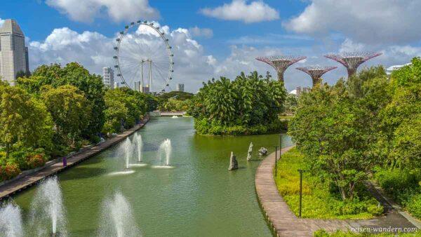 Wasserspiele, Riesenrad und Supertrees beim Gardens by the Bay