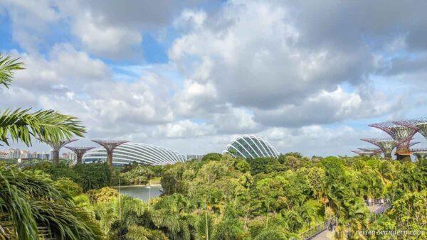 Blick auf die beiden Doms des Cloud Forest und Flower Dome