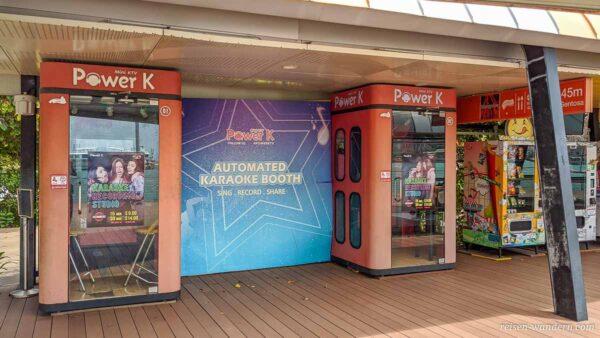 Karaoke Boxen auf der Fußgängerpromenade nach Sentosa