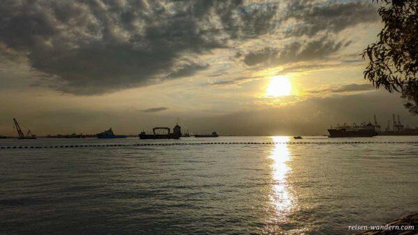 Blick auf das Meer beim Sonnenuntergang von der Insel Sentosa