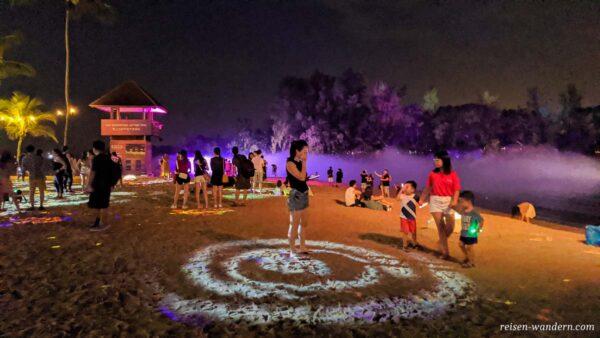 Magical Shores Lichtshow auf Silosa Beach am Abend