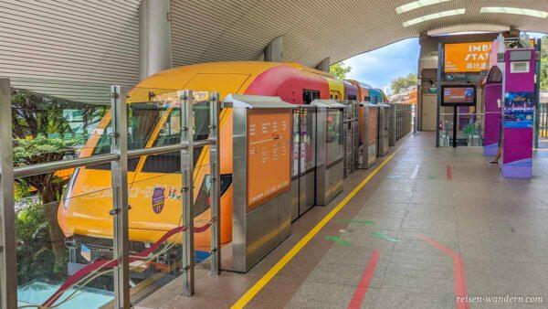 Sentosa Hochbahn von MRT an einer Haltestelle