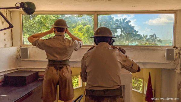 Militärfiguren auf Sentosa blicken zum Meer