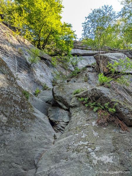 Einstieg bei der Starken Stiege an Felswand