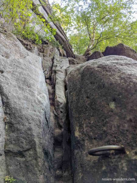 Eisenkrampen bei der Starken Stiege am Felsspalt