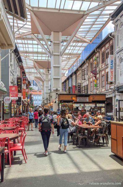 Überdachte Foodpassage in Chinatown in Singapur
