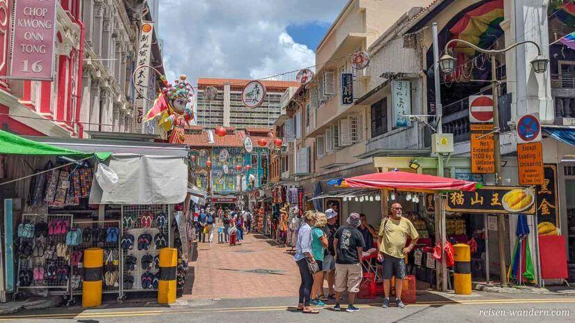 Straße mit Verkaufsständen in Chinatown in Singapur
