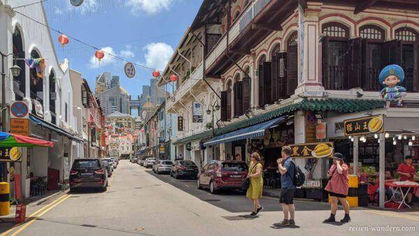 Chinatown in Singapur mit Blick auf Wolkenkratzer
