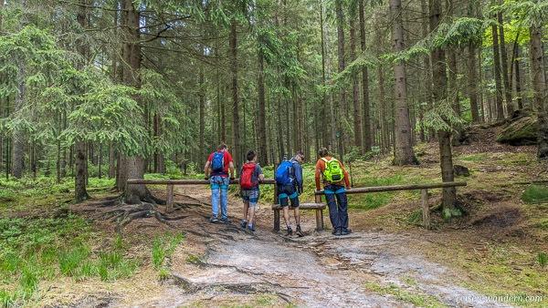 Holzabsperrung und Zugang zur Stiege
