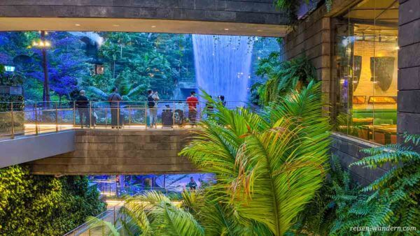 Shoppingcenter im Flugahfen Singapur mit Wasserfall HSBC Rain Vo