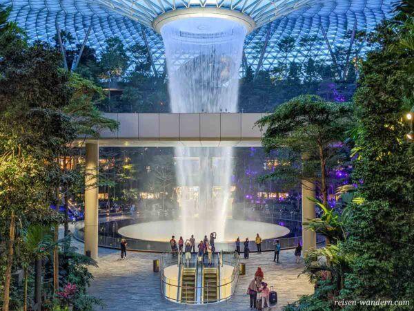 Blick auf den Wasserfall HSBC Rain Vortex