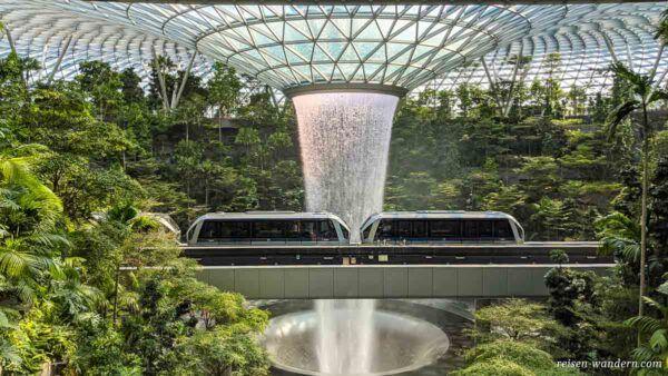 Hochbahn im Jewel Changi Airport Shoppingcenter