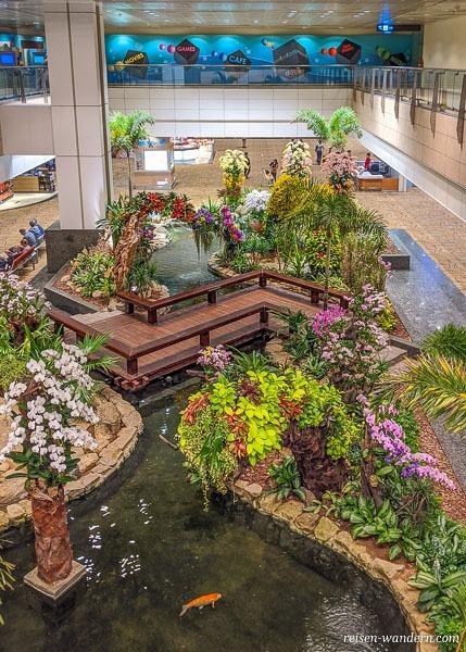 Orchid Garden und Koi Pond im Terminal 2 des Flughafen Singapur