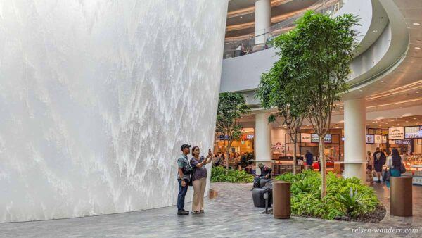HSBC Rain Vortex auf der untersten Ebene des Shoppingcenter