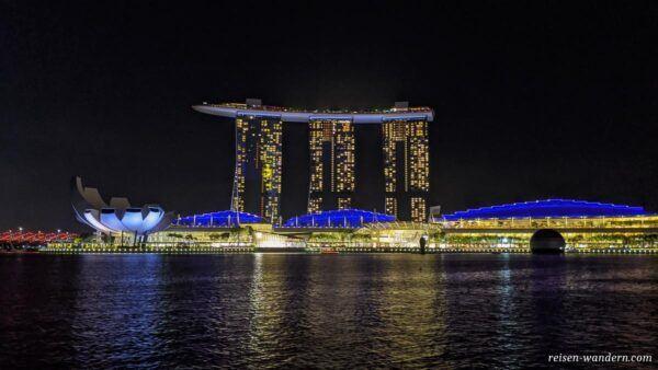 Komplex des Marina Bay Sands am Abend in Singapur