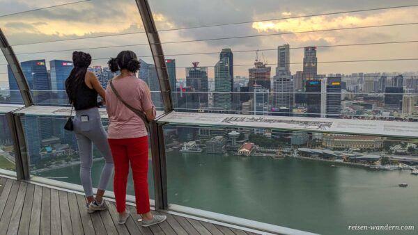 Blick auf Skyline von Singapur von Sands SkyPark Observation Dec