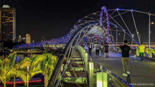 Beleuchtete Helix Bridge in Singapur