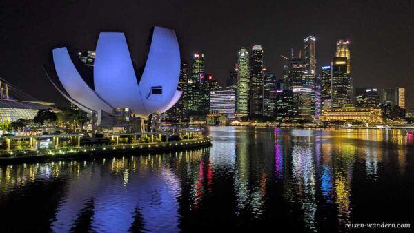 ArtScience Museum mit Skyline von Singapur am Abend
