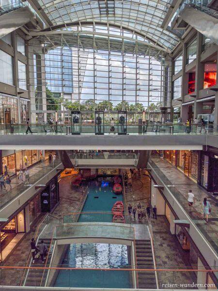 Blick in das Innere des Shoppingcenter Marina Bay Sands