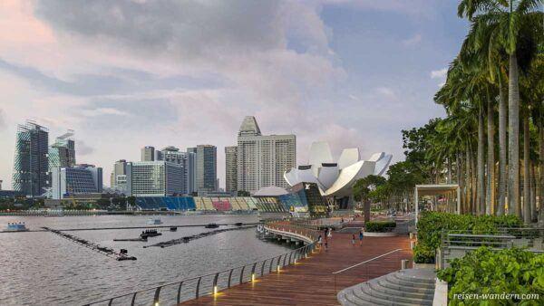 Promenade bei der Marina Bay in Singapur