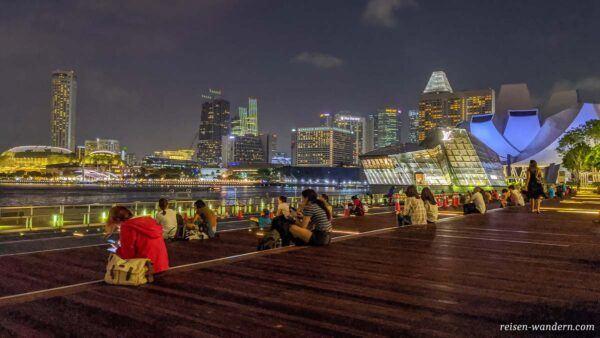 Sitzbereich der Spectra Water und Light Show bei der Marina Bay