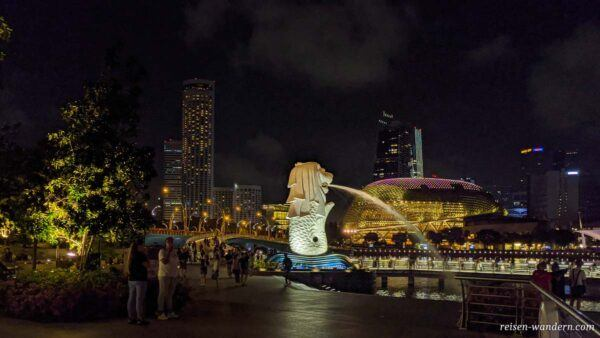 Merlion mit Esplanade Theater Komplex am Abend